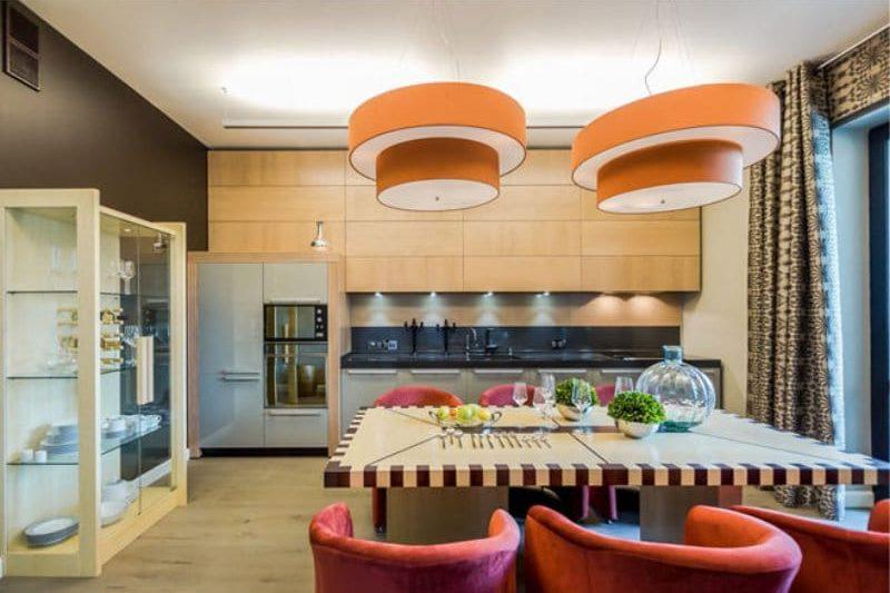 Nuanțe portocalii și maro în interiorul bucătăriei