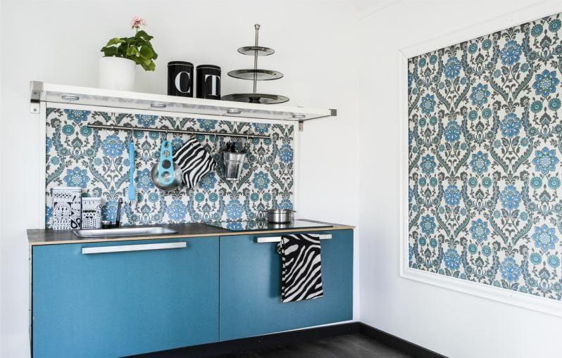 Kék kötény a konyha belsejében