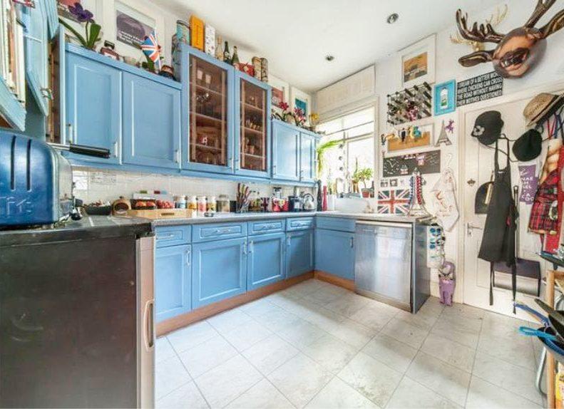 Kék konyha a belső térben