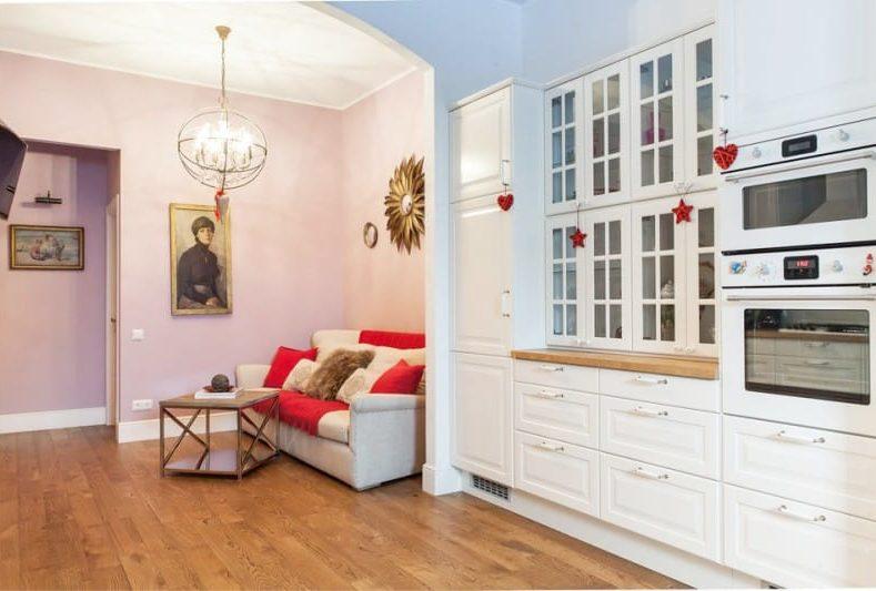 Dinding lilac-pink di bahagian dalam dapur ruang tamu dengan pencahayaan yang tidak mencukupi