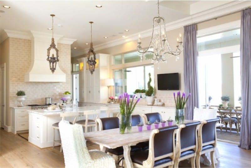 Langsir lilac di bahagian dalam dapur