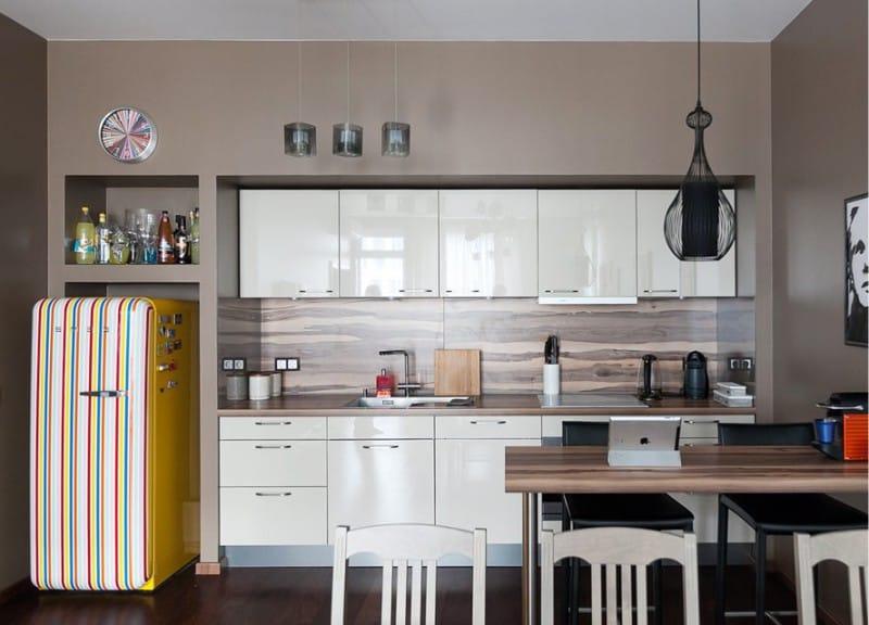 Pereții maro în interiorul camerei de bucătărie