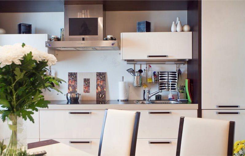 Vanilie și culoare brună în interiorul bucătăriei
