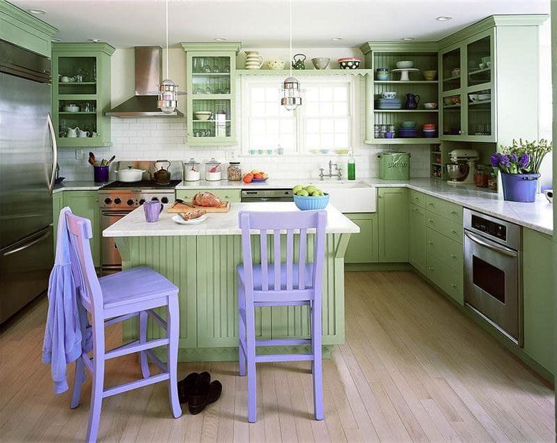 Dapur hijau dengan kerusi lilac