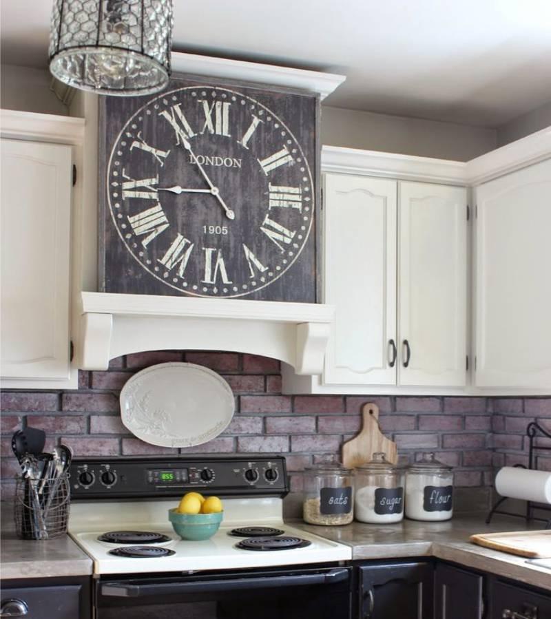 שעון בפנים המטבח