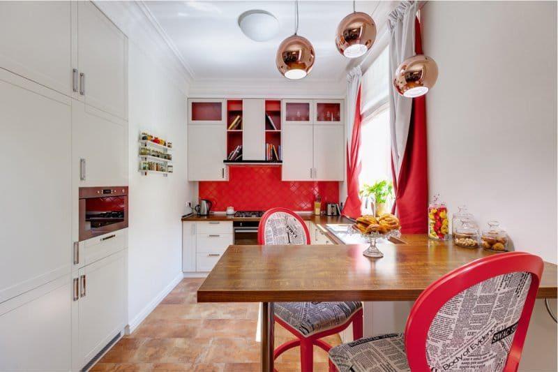Cuisine intérieure 9 carrés. m dans des couleurs vives avec des accents rouges