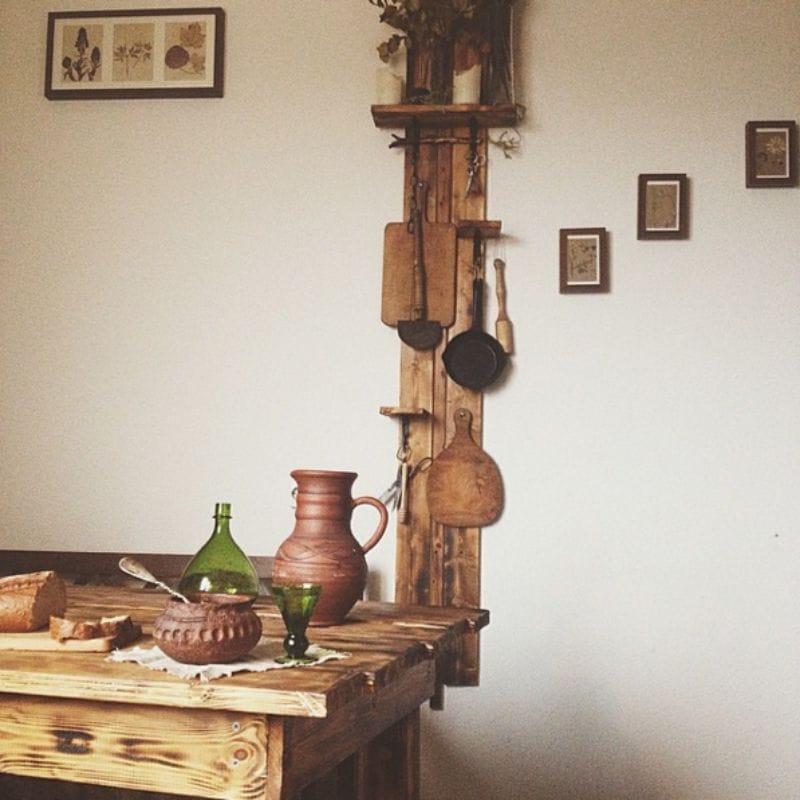 Cuisine intérieure dans le style de la hutte russe