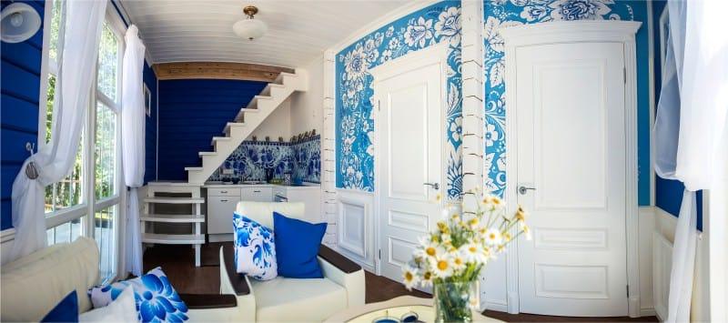 Motif de Gjel sur le mur de la cuisine-salon