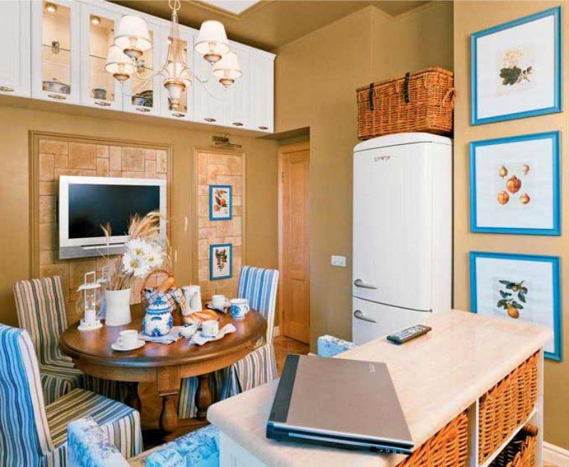 La combinaison de motifs hollandais avec Gjel à l'intérieur de la cuisine