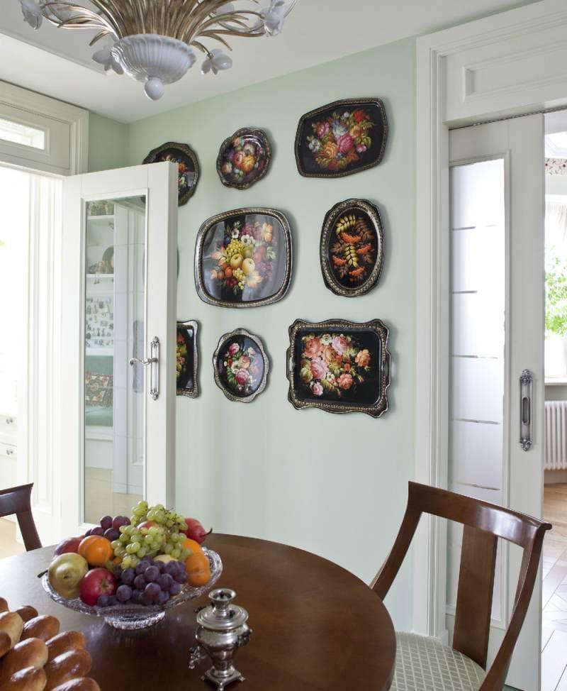 Plateaux Zhostovo à l'intérieur de la cuisine