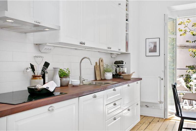 Kahden rivin keittiön asettelualue 11,3 neliömetriä. mittari