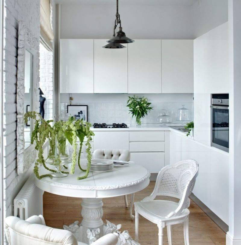 Interiør af et lille hvidt køkken