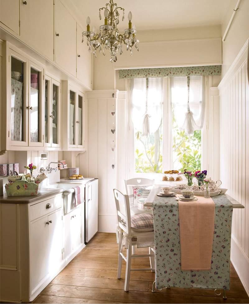 Køkkeninteriør 8 kvadrat. m i lyse farver