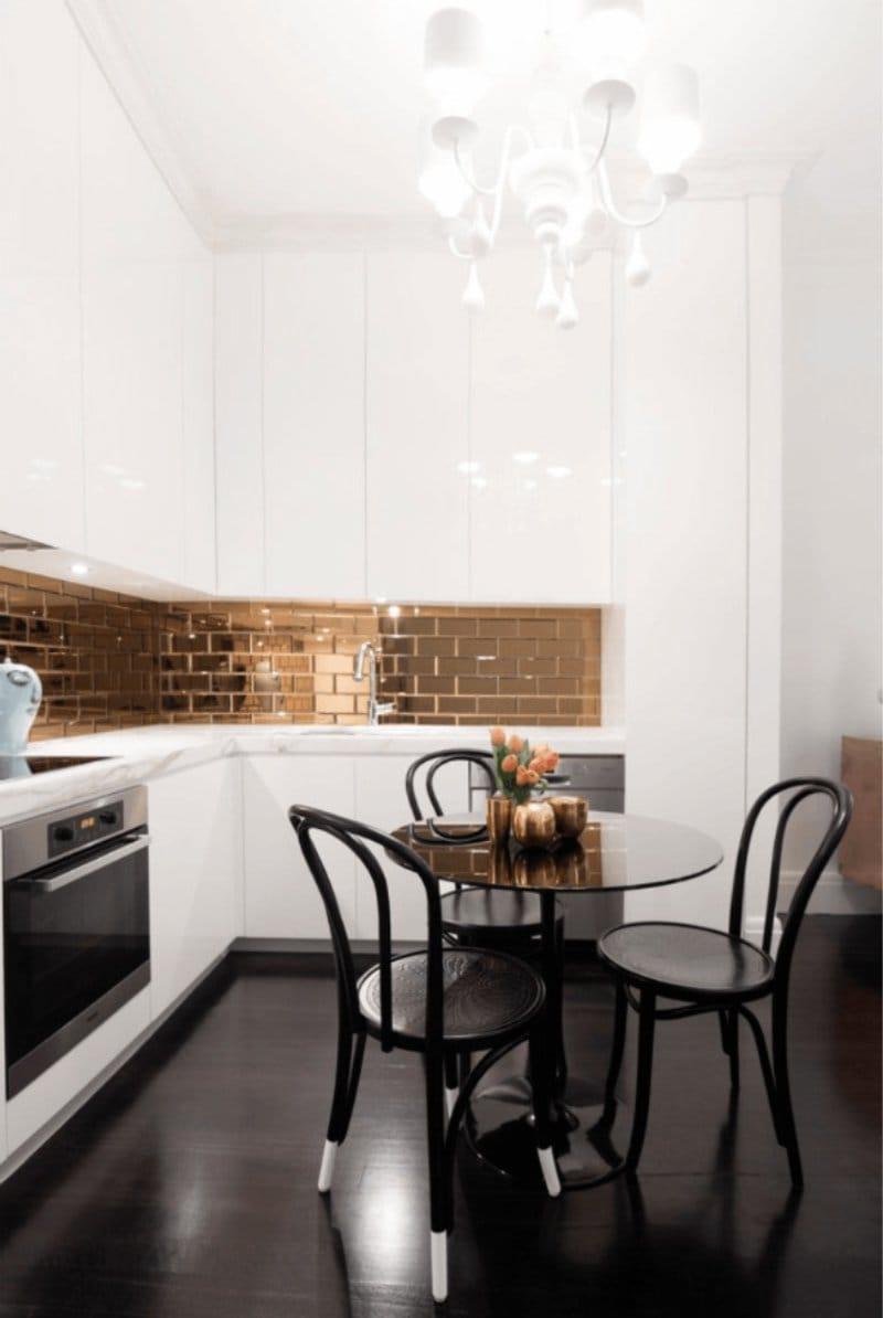 טייל חזיר בצבע זהב בפנים המטבח