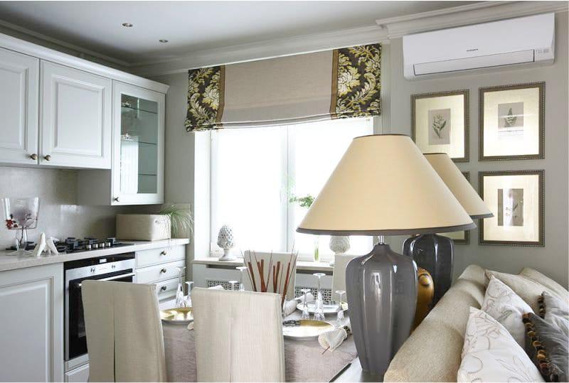 מנורות ועיצוב בצבע זהב בפנים המטבח