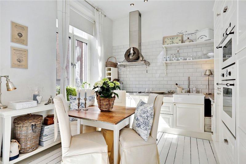 Fehér függönyök a konyha belsejében Provence stílusában