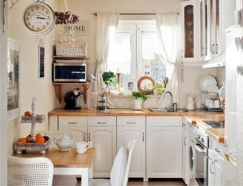 Rövid fehér függöny Provence stílusában