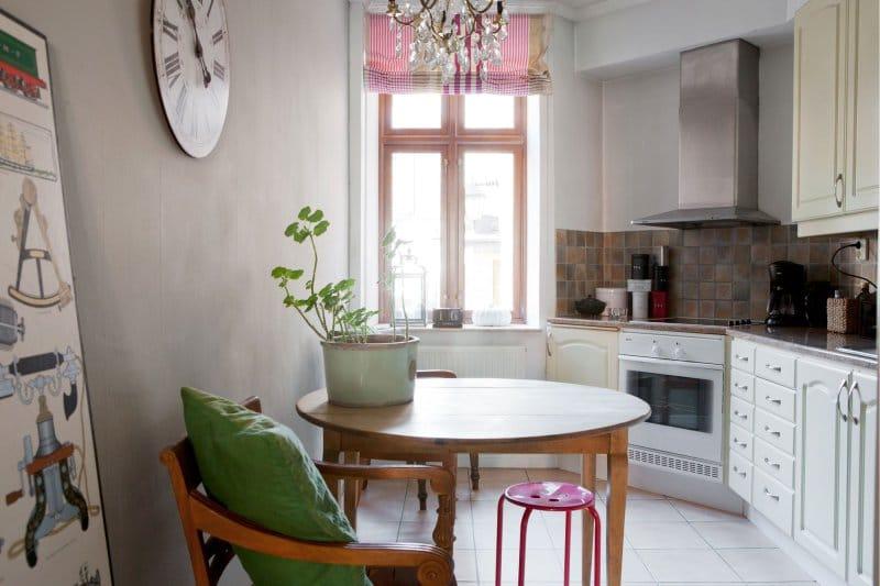 Csíkos római függönyök a konyha belsejében Provence stílusában