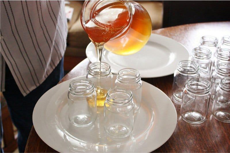 אחסון דבש בצנצנות זכוכית