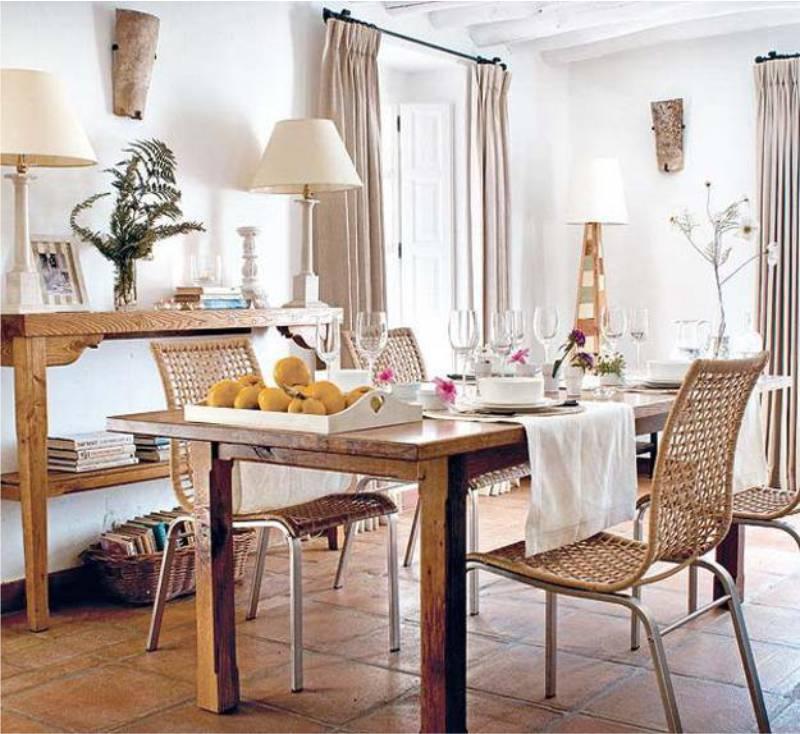 Vászonfüggöny az étkező belsejében Provence stílusában