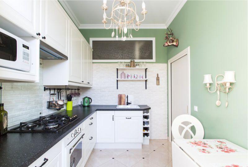 Écran de verre dans le mur entre la cuisine et la salle de bain