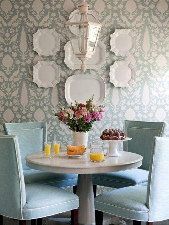 Plaques sur les murs dans la conception de la salle à manger