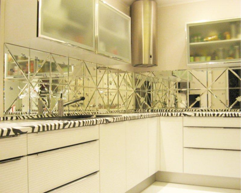 סינר מתוך אריח מראה בפנים של המטבח