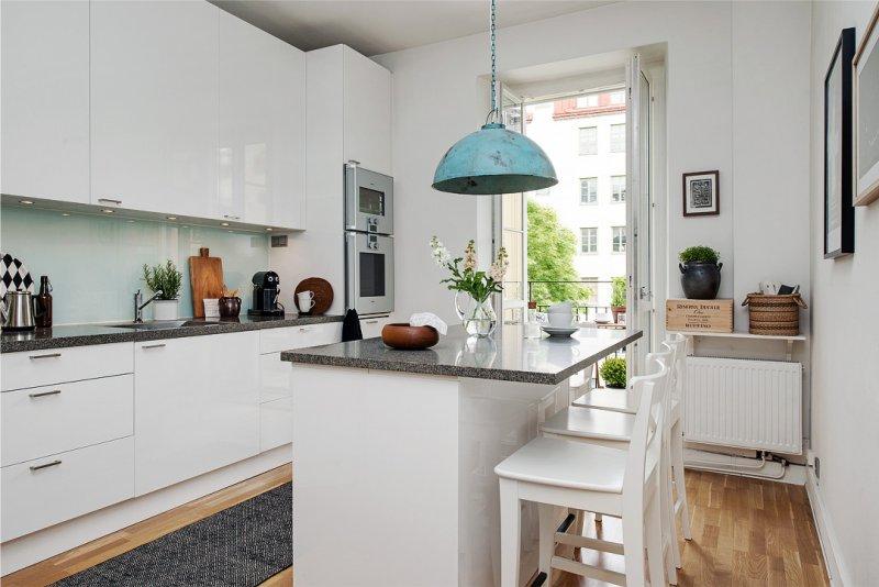 Køkken med en ø på 15 kvadratmeter. m