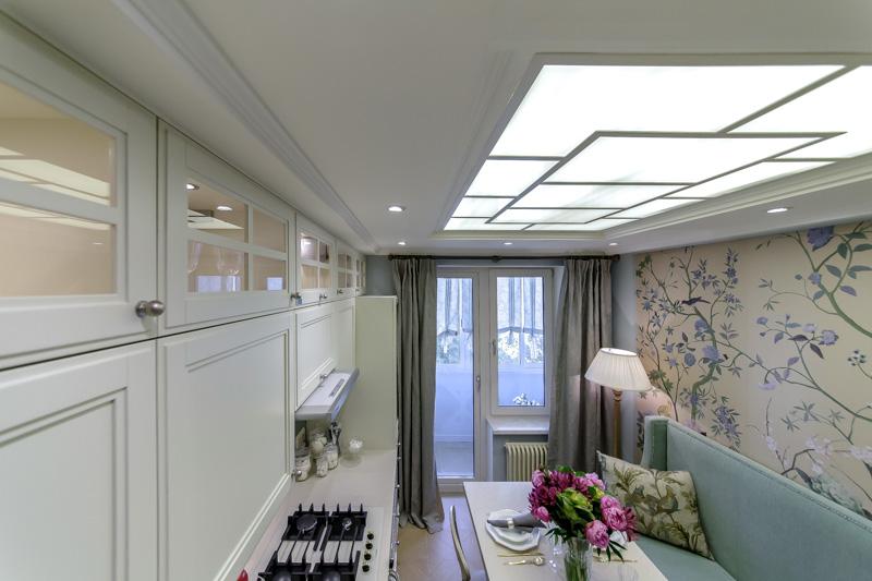 Cuisine avec une fausse fenêtre au plafond