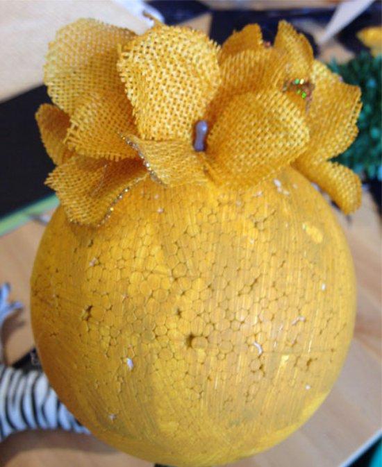 קישוט של כדור עף עם פרחים מלאכותיים