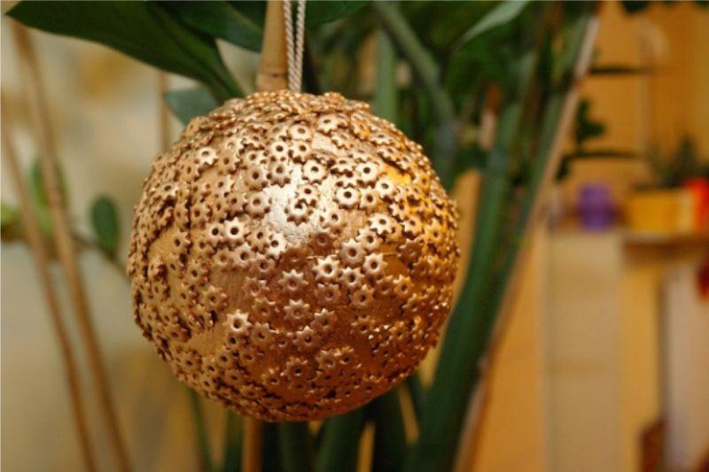 Boule de Noël faite de flans de mousse et d'étoiles de pâtes