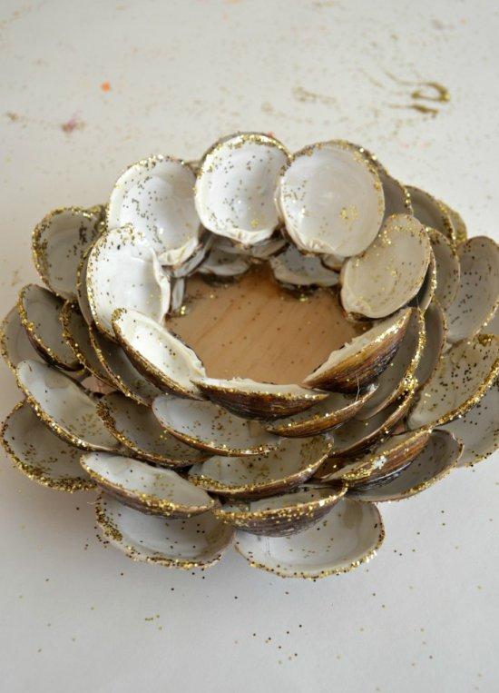 A kagylóból készült gyertyatartó ragyogásból készült