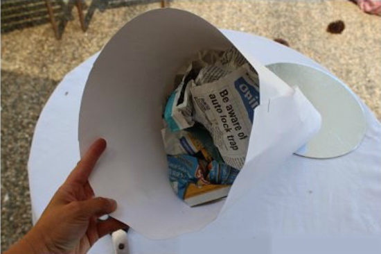 A kúp feltöltése újságdarabokkal