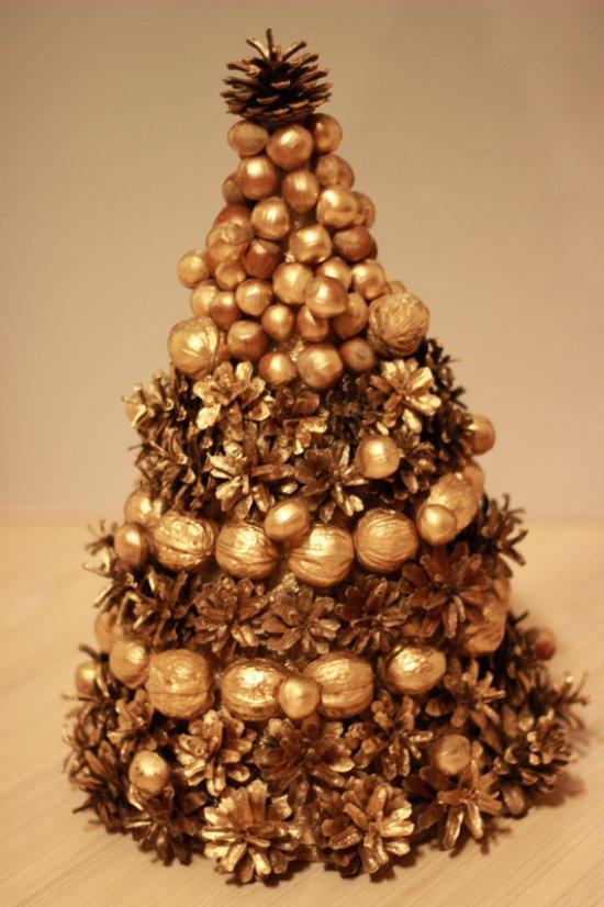 Aranyfestékkel borított diófélék és kúpok