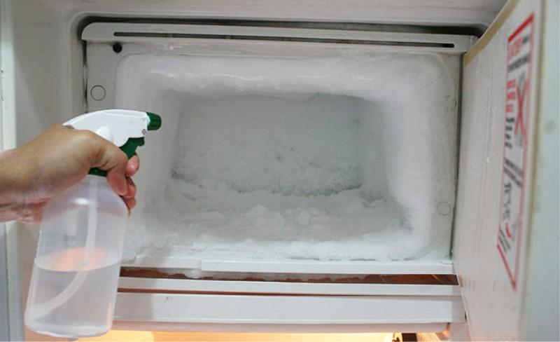 הפשרה מואצת של המקרר עם אקדח תרסיס מים חמים
