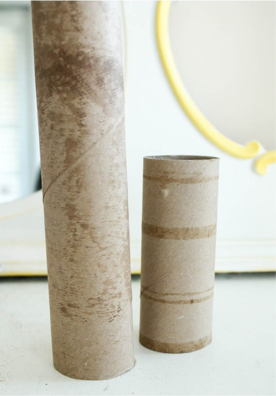A WC-papírból és a papírtörlőből készült ujjú