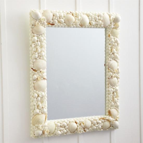 A tükör a keretben, kagylóval és tengeri csillaggal díszítve