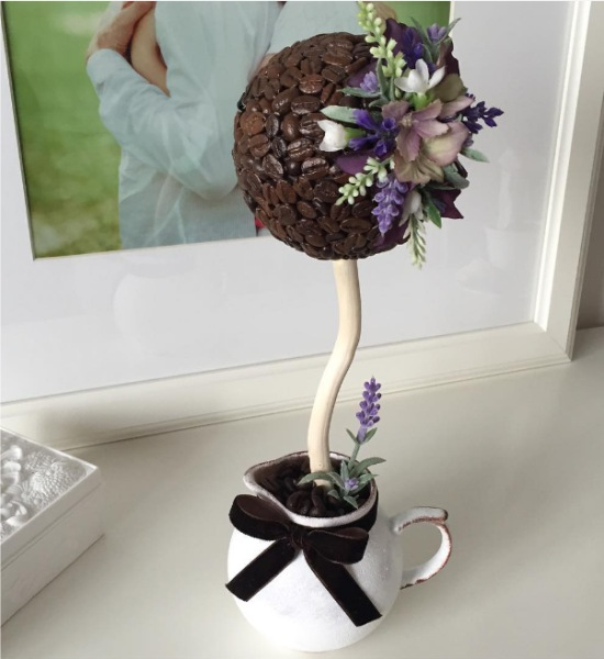 Kávé műkert virággal