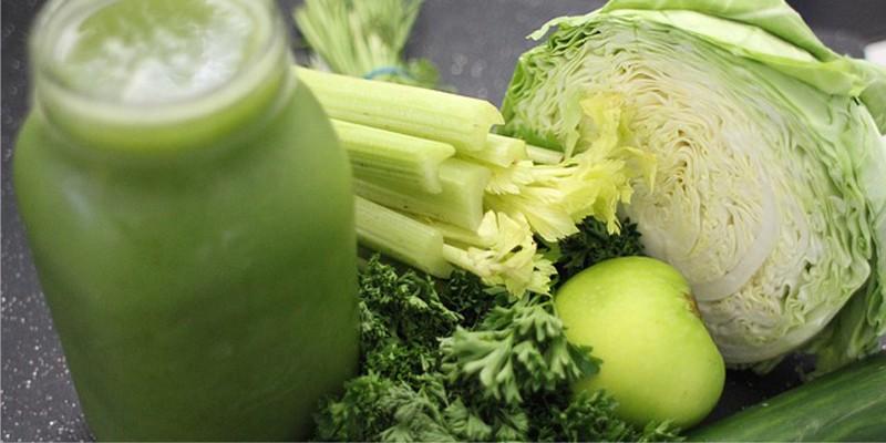 Káposzta leve, zöld alma és gyógynövények