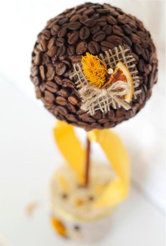 Kávé műkert narancssárga szelettel díszített