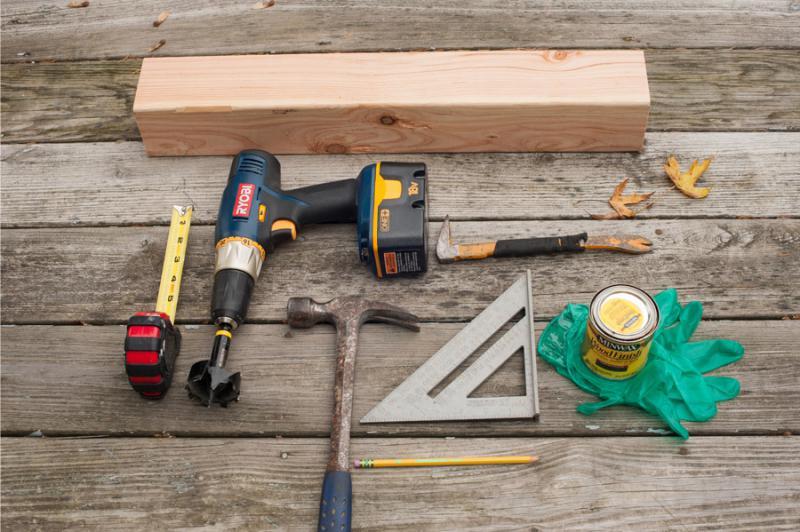 Anyagok és eszközök fa gyertyatartó gyártásához