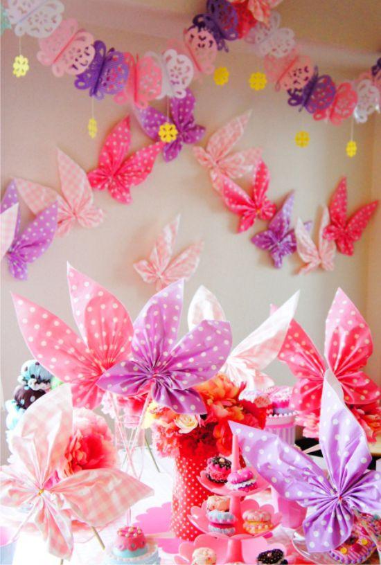 Pillangók szalvétákból a táblázatban