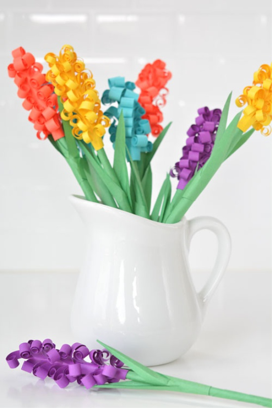 Joukko kukkia maljakossa olevasta paperista