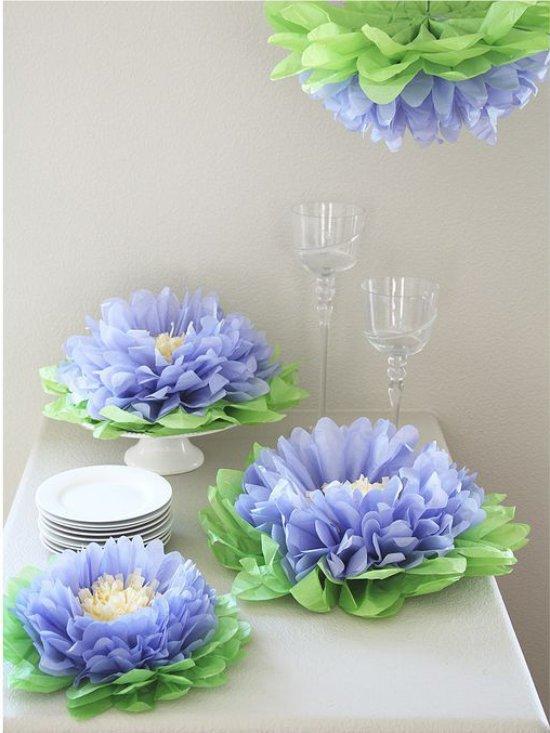 Kudospaperin kukkia pöydällä