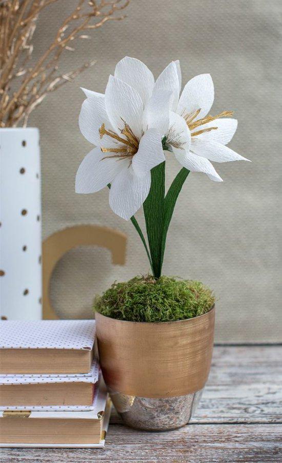 Paperi kukkia potissa pöydällä
