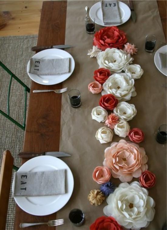 Kukkia aaltopaperista lomapöydässä