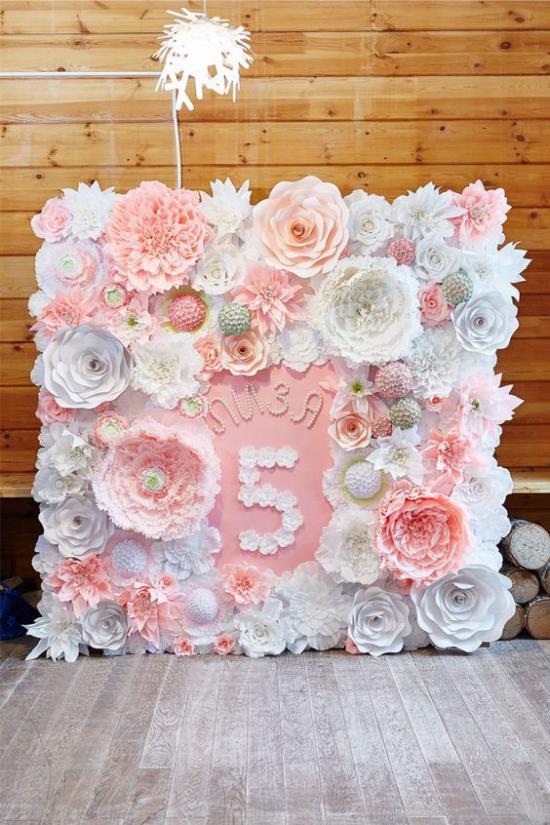 Lasten valokuvavyöhyke, jossa on kukkia syntymäpäivänä