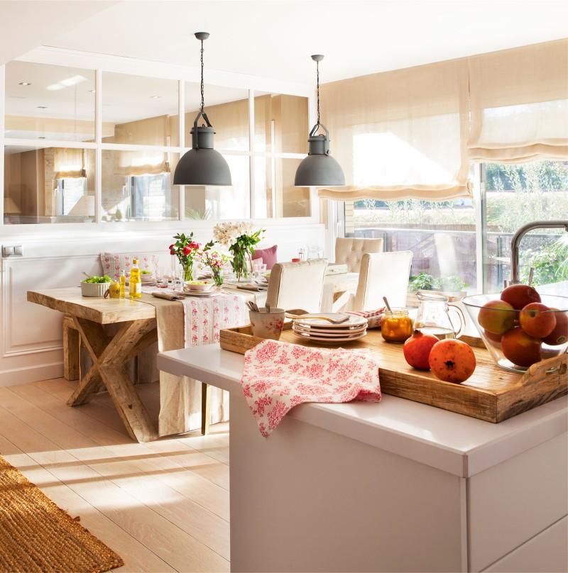 Table à manger massive à l'intérieur de la cuisine