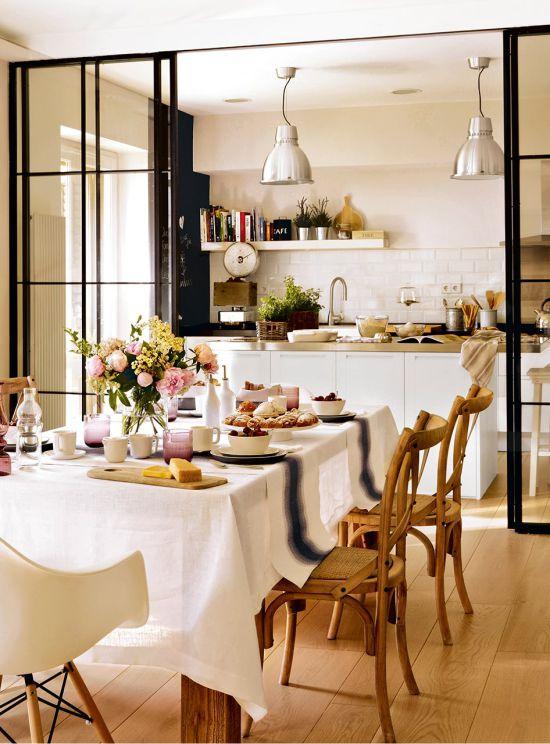 Cloison en verre à l'intérieur de la cuisine-salle à manger