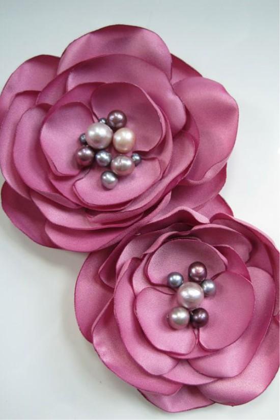 A szatén szalag virágból készült bross